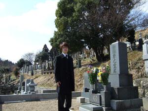 墓で記念撮影!?
