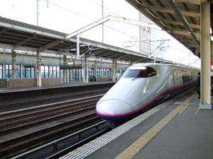 入線してきた東京行きのE2系