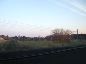 新幹線からの車窓 在来線の架線柱が次々と後方へと追いやられる