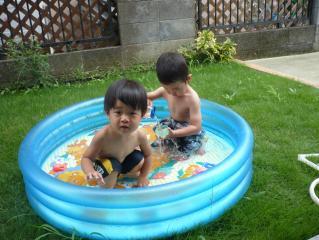 お庭でプール