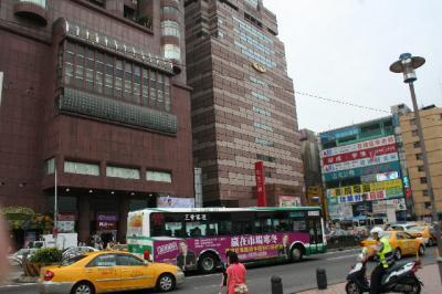 台北駅前の三越裏付近です。