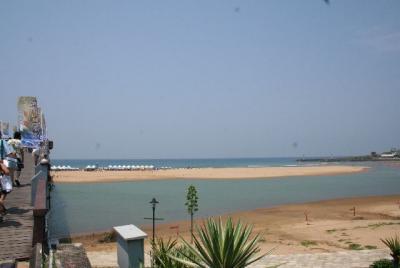 向こう岸が砂浜なのね。