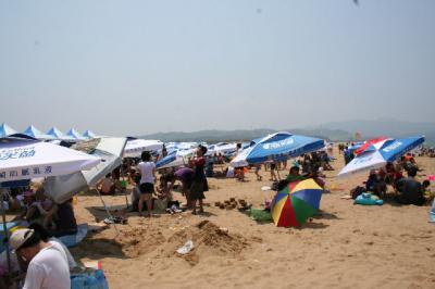 日本のビーチ並みに混んでるぞい。