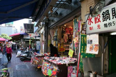 店の左隣には子供服の店が。