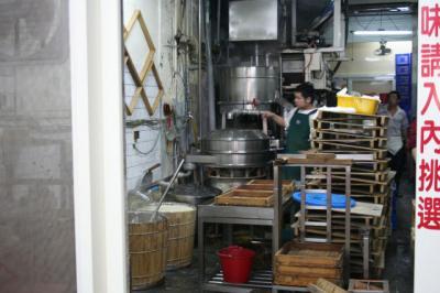 店の奥でお豆腐作ってますよ。