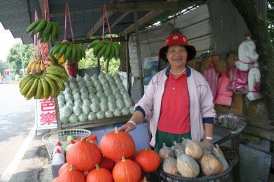 帰り道にいた、果物屋さんのおばちゃん。ミルクグアバ買いました。おいしかったよ。