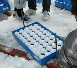 雪球製造機での雪球圧縮完了