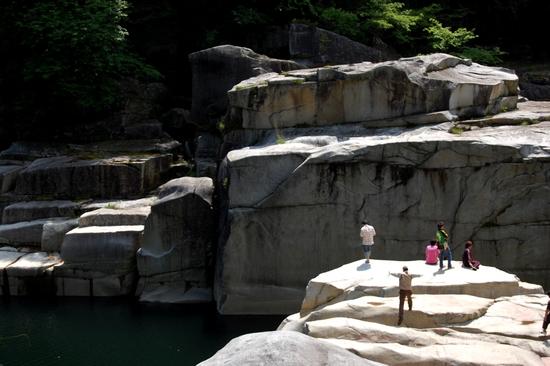 07岩正面