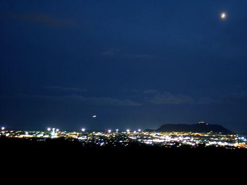 テーブルマウンテンのような函館山が見える。