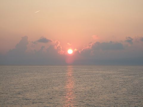 今回の旅、沖縄で見る最後の朝日が昇ってゆく。