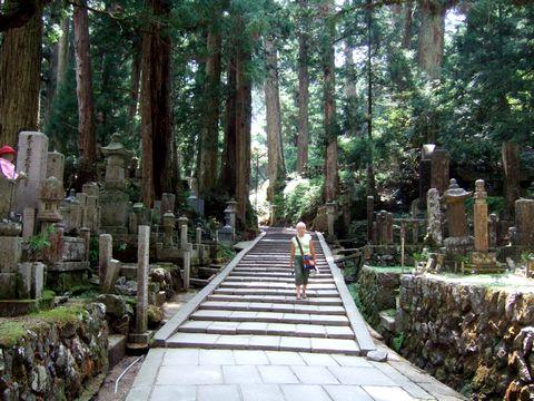 高野山、奥の院への道を一人歩く外国人女性。