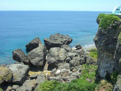 沖縄の海辺にある岩は、たいてい鋭い凹凸のある琉球石灰岩だ。