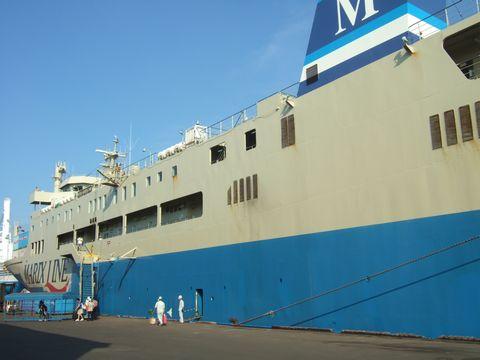 往路時の写真データ消失のため、これはほぼ同サイズの復路の船。