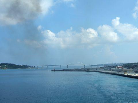 瀬底大橋で本部半島と繋がる瀬底島。