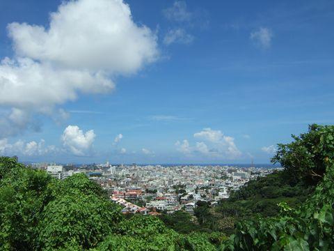 沖縄の空、海、広がる街並み。