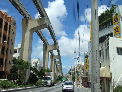 沖縄、モノレールのある風景。