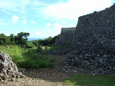 野積みと呼ばれる製法で積まれたグスクの城壁。