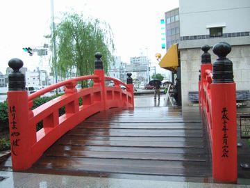 この橋はごく最近の1998年製で、古い欄干は播磨屋橋公園の地下に展示されている。