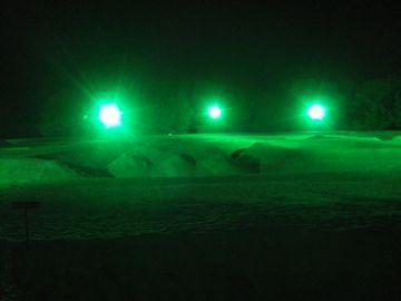 不気味に輝く緑の光。