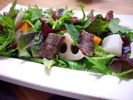 牛ステーキと温野菜のサラダ