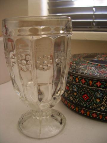 花模様がかわいいグラス。