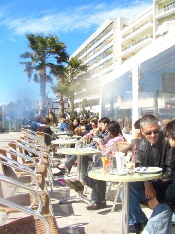 ビーチ沿いのカフェで。