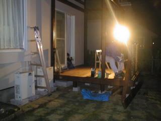 工事用照明を頼りに暗闇の中ラティス塗装の作者