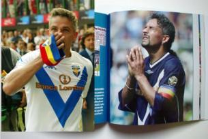 三色旗を掲げるR.バッジョ ・サッカー選手                  (イタリア創価学会)