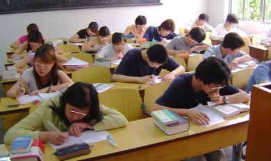 悩む大学生たち・・講義中?テスト中?