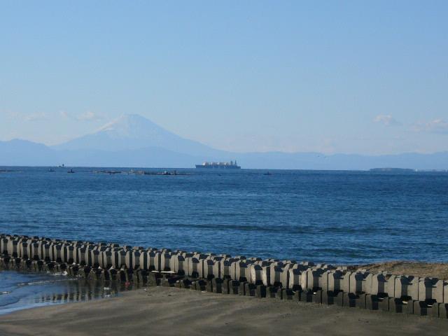 海と富士山とガス船(LNG船)