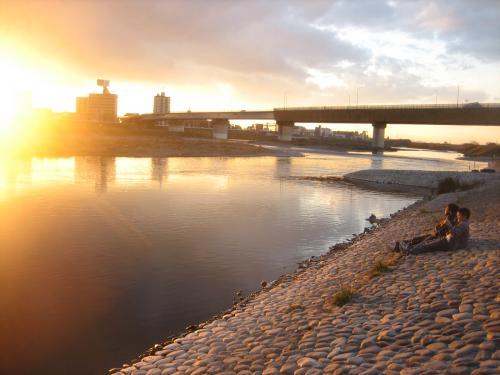 夕日と多摩川