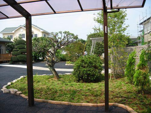 カーポートから庭を見て013