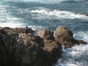 日御碕、釣り人、日本海・荒磯