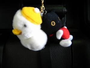 僕の車のマスコット「アフラック・ダック」・「ソックス猫・クロちゃん」仲良し!