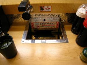 「くら寿司」、自動計算用・皿投入口1