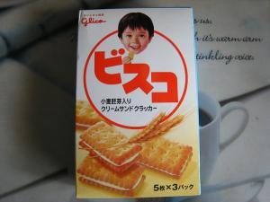 グリコ「ビスコ」小麦胚芽入りクリームサンドクラッカー