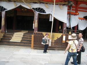 「京都・祇園祭撮影行」2009、7、「八坂神社御本殿の井田夫人」