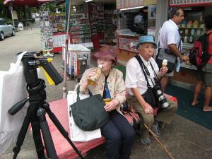 「京都・祇園祭撮影行」2009、10、「円山公園で一休み・撮彩先生夫妻」