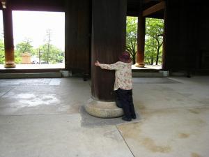 「京都・祇園祭撮影行」2009、19、「知恩院山門・3、お茶目な井田夫人」
