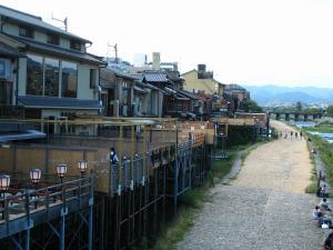 京都・祇園祭2009、四条大橋から納涼床と鴨川河畔の夕景