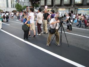 京都・祇園祭2009、宵々山・歩行者天国、「撮影中の撮彩先生」1