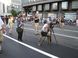 京都・祇園祭2009、宵々山・歩行者天国、「撮影中の撮彩先生」2