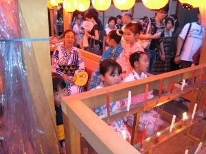 京都・祇園祭2009、宵々山・歩行者天国、山鉾町「宵祭り・子供たち・わらべ歌」1