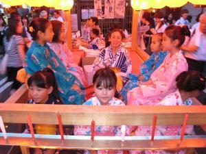 京都・祇園祭2009、宵々山・歩行者天国、山鉾町「宵祭り・子供たち・わらべ歌」3