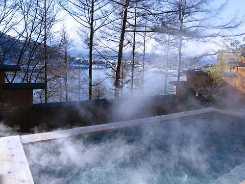 湯煙に霞む富士