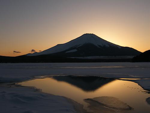 氷の中の逆さ富士