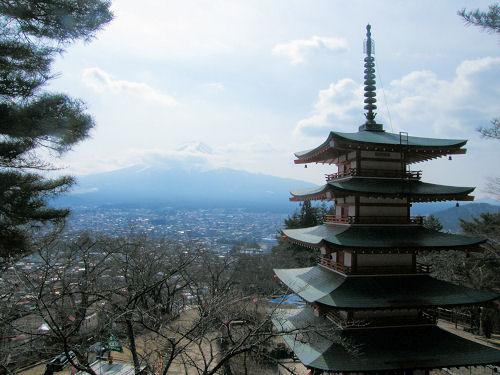 桜の蕾硬き「忠霊塔」
