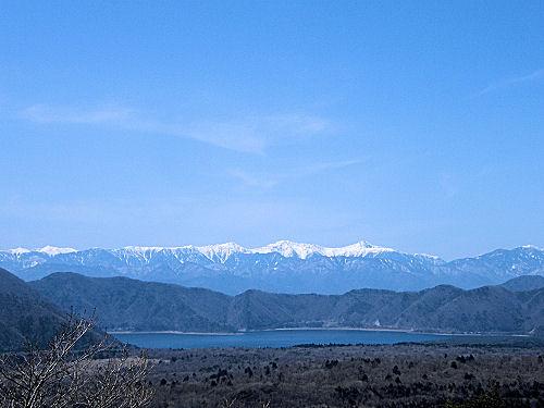南アルプスに佇む本栖湖