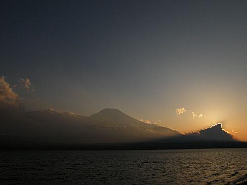 早春の山中湖夕景