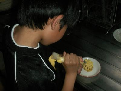 ケーキを作る息子